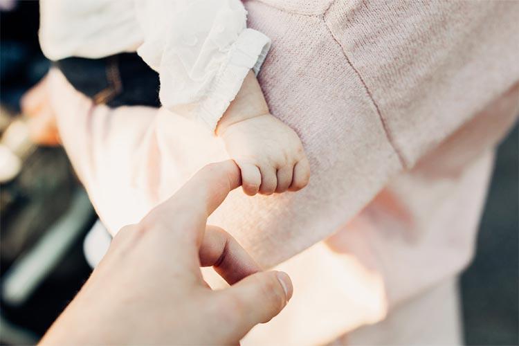 Greifentwicklung: Ab wann können Babys greifen?